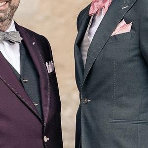 Couple de mariés gays habillés sur mesures par XAVIER HEDOIRE
