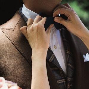 Tenue de marié dans un esprit campagne chic