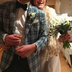 Tenue originale de marié pour un mariage en hiver en Alsace